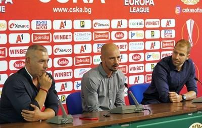 Нестор Ел Маестро (в средата) при представянето си в ЦСКА миналото лято СНИМКА: Пиeр Пeтров
