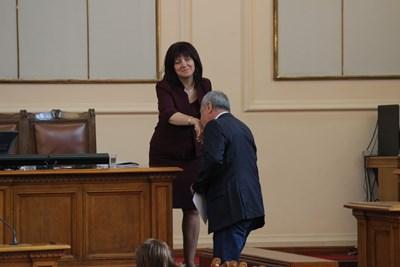 Валери Симеонов отново целуна ръката на председателя на парламента Цвета Караянчева, преди да застане на трибуната.  СНИМКИ: РУМЯНА ТОНЕВА