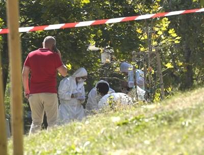 Криминалисти оглеждат местопрестъплението.  СНИМКА: ДЕСИСЛАВА КУЛЕЛИЕВА