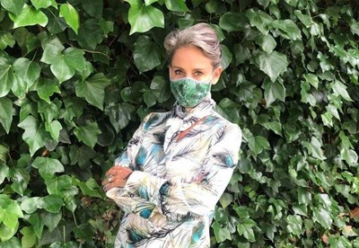 Княгиня Карла рекламира лично колекцията си от маски . СНИМКИ: ФЕЙСБУК НА КАРЛА И САЙТ НА ЦАР СИМЕОН II
