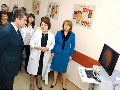 Президентът Георги Първанов и съпругата му дойдоха на откриването на новия апарат в детското отделение на очната клиника на Александровска болница. 24sn1 СНИМКА: 24 ЧАСА