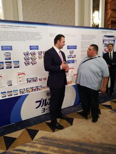 Калоян Махлянов (вляво) разговаря с приятел. СНИМКА: Снимка: Авторът