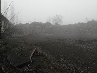 Това са част от отпадъците с неясен произход, намерени в наетия имот.