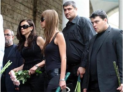 """Юлияна Дончева (крайната вляво) на погребението на Тасев. На снимката горе полицаи правят оглед на мерцедеса, в който бе убит бизнесменът. СНИМКИ: """"24 ЧАСА"""", """"168 ЧАСА"""" И БУЛФОТО"""
