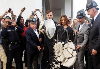 На 5 декември 2014 година Заха Хадид и Патрик Шумахер (от дясната й страна) заедно направиха символичната първа копка за строежа на крайбрежния небостъргач Curbed Miami в американския град Снимка Ройтерс