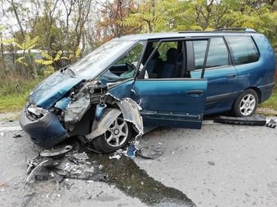 Автомобилите са със сериозни материални щети. Снимки:МВР