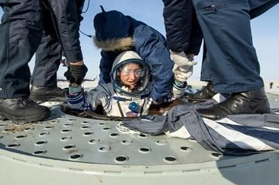 Астронавтката Кристина Кук се чувства добре след почти година в космоса