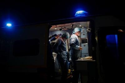 Членовете на френската служба за гражданска защита проверяват предпазните си съоръжения преди спасителна операция в Париж. Снимка: Ройтерс