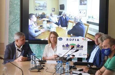 Столичният кмет Йорданка Фандъкова показва наградата, с която София е обявена за световна столица на спорта за 2024 г.