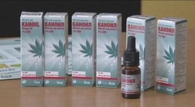 Шишенцата с масло от канабис могат да се видят редом до традиционните лекарства в аптеките.