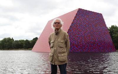 Христо Явашев позира до произведението си в Лондон. СНИМКИ: РОЙТЕРС
