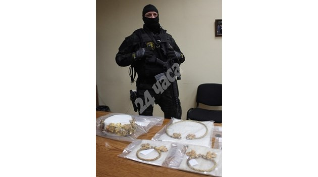 Спецсъдът остави в ареста иманярите, опитали да продадат златно съкровище