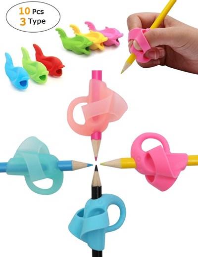 Силиконови приставки в различни цветове помагат детските пръсти да захващат химикалката правилно.