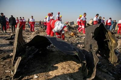 Останките на взривения край Техеран бяха разпръснати на голяма площ. СНИМКА: РОЙТЕРС