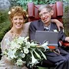 Илейн е наета за болногледачка на Стивън Хокинг, но бързо между тях започва любовен роман и се женят през 1995 г.
