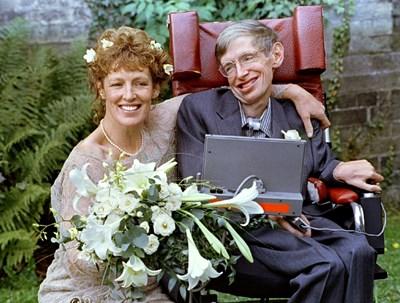 Илейн е наета за болногледачка на Стивън Хокинг, но бързо между тях започва любовен роман и се женят през 1995 г. СНИМКА: РОЙТЕРС