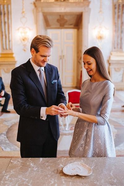 Младоженецът Никлас Майдел поставя пръстена на ръката на Ева.