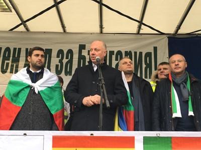 Министър Росен Желязков уверява протестиращите, че новините са добри. Вляво от него е Андрей Новаков, а вдясно - Петър Курумбашев и Сергей Станишев.  СНИМКИ: РАДКО ПАУНОВ