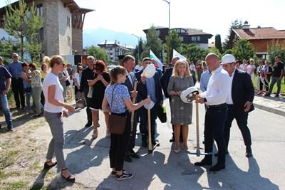 Заедно с кмета на града Иван Кадев и народния представител Александър Мацурев Аврамова даде старт на проект за изграждане на околовръстен път в южната част на Банско Снимки МРРБ