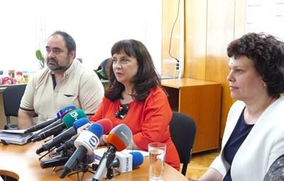 Ваня Кастрева (в средата)  СНИМКА: Пиер Петров