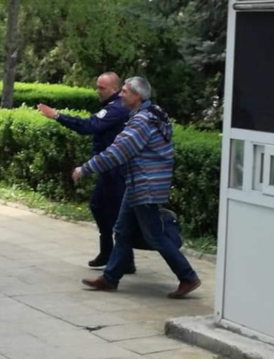 Мирослав Писов пристигна пред ОД на МВР в Благоевград Снимка: Авторът