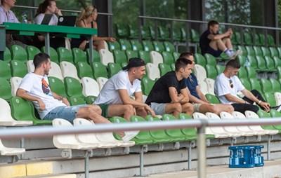 """Илия Груев (третият от ляво на дясно) и другите контузени футболисти на """"Вердер"""" наблюдават контролата срещу """"Айнтрахт"""" (Брауншвайг), спечелена от бременци с 2:0.  Снимка: сайт на """"Вердер"""""""