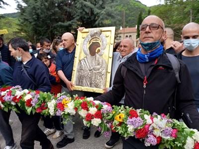 Стотици дойдоха на свещения ритуал в Бачково. Снимка: Авторът