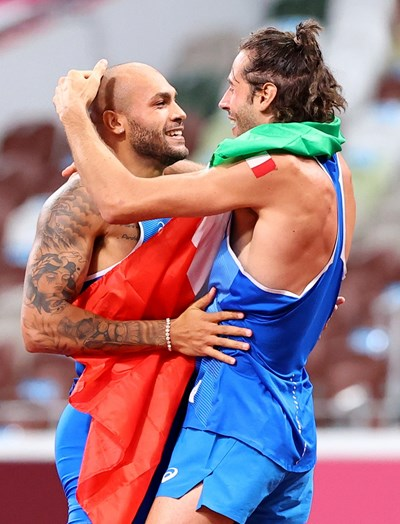 Олимпийските шампиони в спринта на 100 м и високия скок Ламонт Джейкъбс и Джанмарко Тамбери се кефят на титлите, които донесоха на Италия. СНИМКА: РОЙТЕРС