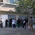 Чакащи за имунизация пред кабинет в РЗИ-Пазарджик