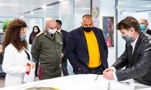 """Премиерът Бойко Борисов и началникът на оперативния щаб ген. Венцислав Мутафчийски посетиха развойния център на """"АПОЛО"""""""