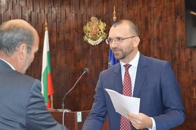 Вълчо Чолаков връчва писма на наемателите за опрощаване на наемите.