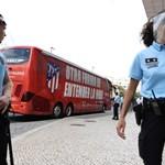 """Полицаи охраняват района около клубния автобус на """"Атлетико"""" (Мадрид) пред хотела на отбора в Лисабон."""
