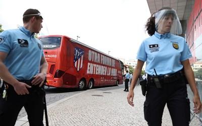 """Полицаи охраняват района около клубния автобус на """"Атлетико"""" (Мадрид) пред хотела на отбора в Лисабон. СНИМКА: РОЙТЕРС"""