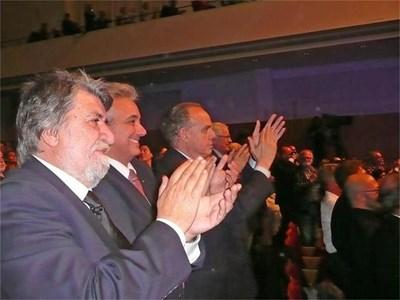 """Министър Вежди Рашидов, посланик Марин Райков и министърът на културата на Франция Фредерик Митеран (от ляво на дясно) аплодират Силви Вартан на юбилейния й концерт в парижката зала """"Плейел"""". СНИМКИ: СНЕЖАНА ТОМОВА"""
