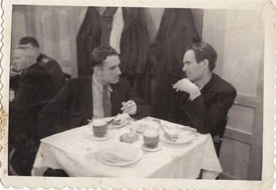 Никола Вапцаров с Антон Попов (вляво)