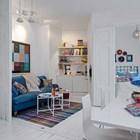 Син диван и сини акценти в спалнята придават специален характер на квартирата