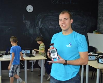 ГеоргиСтаменов преподава роботика от 3 г. и в едно от занятията с най-малките деца сглобяват роботизиран пингвин. СНИМКА: Митьо Маринов