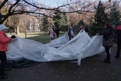 Майките на деца с увреждания прибират палатката. СНИМКА: Десислава Мирчева