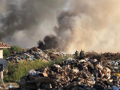 Огнеборци гасят горящото сметище