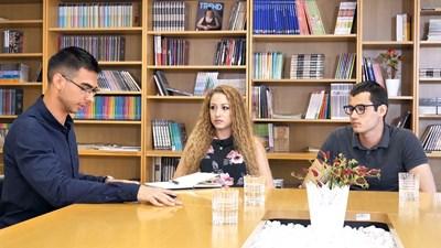 "Водещият на рубриката ""Включване Z"" Митьо Маринов (вляво) разговаря с Лидия Даскалова и Кристиян Стефанов."