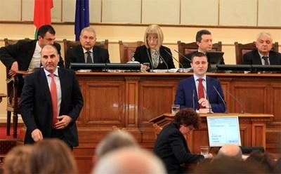 Финансовият министър Владислав Горанов постави рекорд по продължителни изказвания, в които убеди част от опозицията в нуждата от дълга.  СНИМКА: Румяна Тонeва