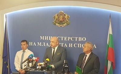 Министър Красен Кралев, представителят на БФС Антон Попов и отговорникът за сигурността Антон Златанов.  СНИМКА: Авторът