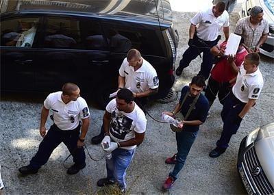 Водят българските трафиканти към съдебната зала. Снимка Архив