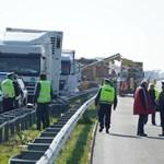 Първите камиони от конвоя след верижната катастрофа