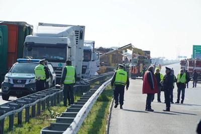 """Две жертви в удар на конвой от 22 тира в мъгла на магистрала """"Марица"""" (Обзор)"""