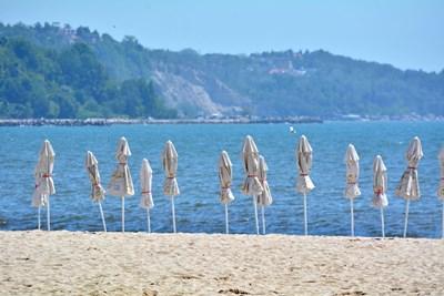 Плажът във Варна е лъснат, морето е чисто, пристигат първите гости (Снимки)