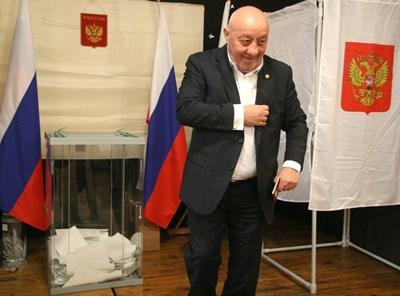 След като пусна бюлетина за Путин, Георги Гергов се прекръсти. Снимки: Евгени Цветков