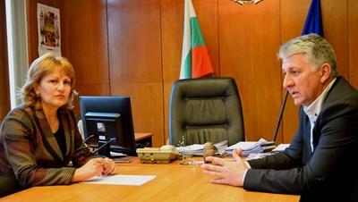 Главният секретар на Държавната агенция за метрологичен и технически надзор Николай Николов разговаря с областния управител проф.Любомира Попова