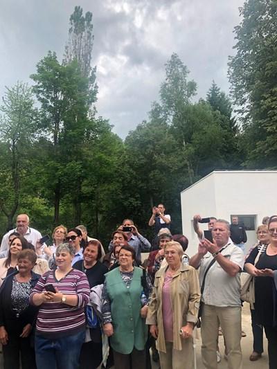 Жители на Котел снимат с телефоните си Бойко Борисов, докато премиерът разглежда новата пречиствателна станция.  СНИМКИ: МИНИСТЕРСКИ СЪВЕТ