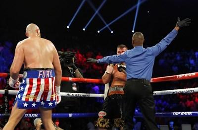 Съдията спира мача във втория рунд. СНИМКА: РОЙТЕРС